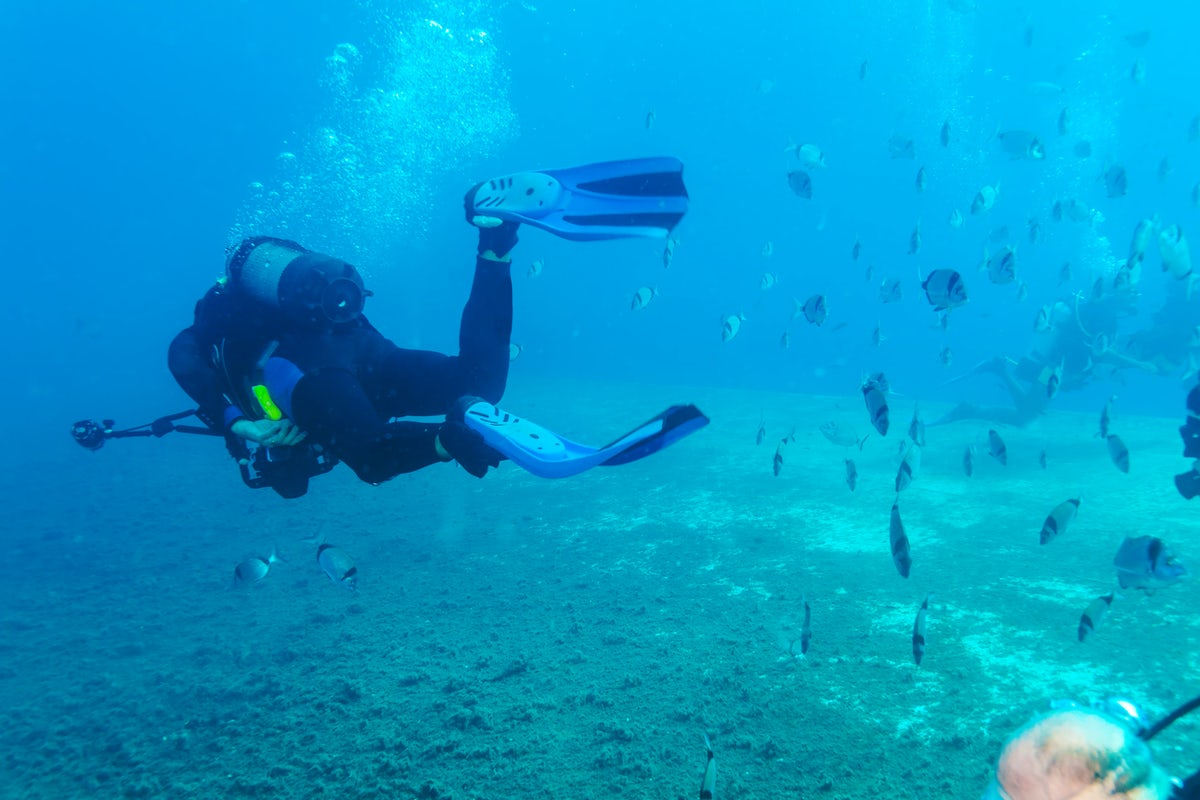 An amphitheatric diving site and the Manijin Island