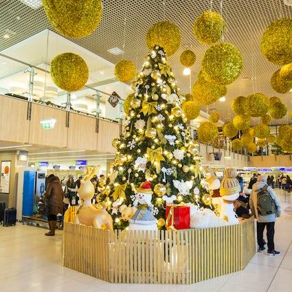 Nieuwjaarsfeesten en -decoraties op de luchthaven van Chisinau