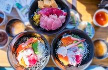Explore el mejor mercado de Tokio y el singular templo budista de Tsukiji