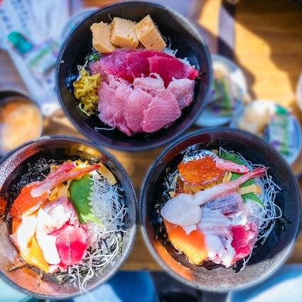 Explorez le meilleur marché de Tokyo et le temple bouddhiste unique de Tsukiji