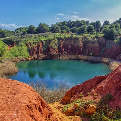 Bauxithöhle - der farbenfroheste Wanderpunkt Apuliens
