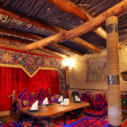 Probeer de Kirgizische keuken in de etnocomplex Supara van Bisjkek.