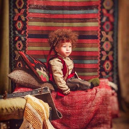 Tomar una foto en traje nacional armenio Taraz