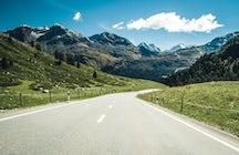 Eine kurvenreiche Straße, die Salzburg und Tirol verbindet.