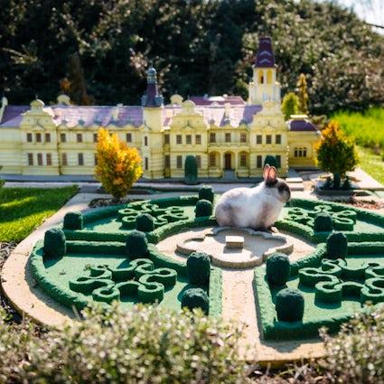 Sé un gigante en el parque Mini-Hungría en Szarvas